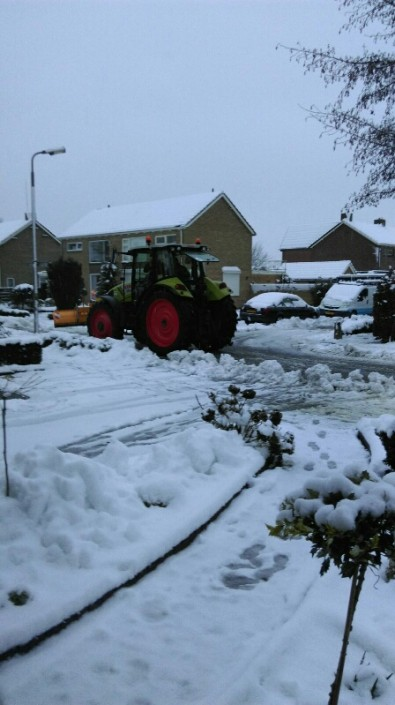 Het sneeuw vrij maken van uw terrein of wegen